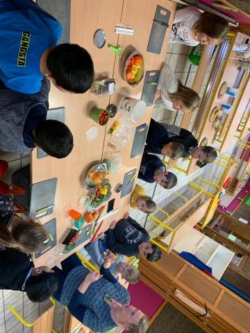 Das 2. Schuljahr frühstückt gesund