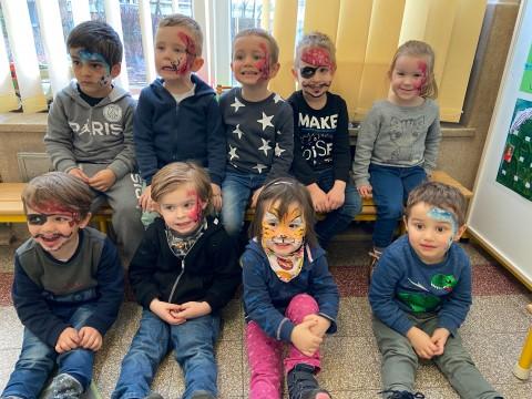 Der Kindergarten bereitet sich auf Karneval vor / Bientôt le carnaval...